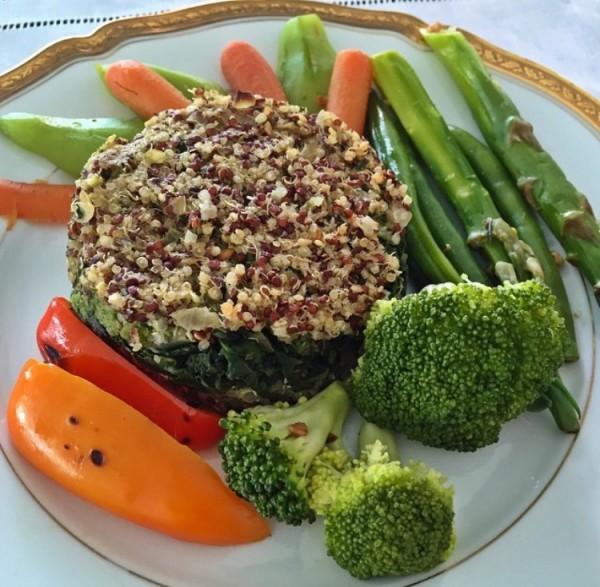 Polpettone de quinoa recheado com espinafre e acompanhado de legumes orgânicos ( reparem nos mni legumes, fiquei apaixonada!)